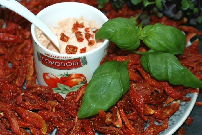 Tomaten-Creme aus getrockneten Tomaten und Cashew-Schmand