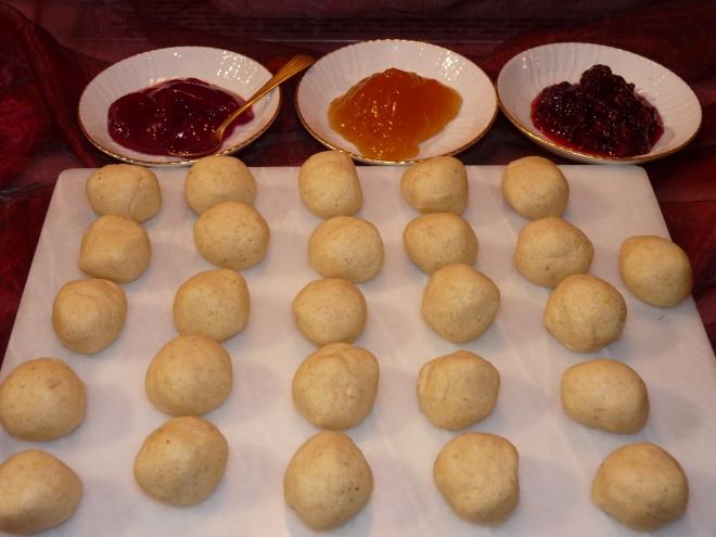Teigkugeln und Marmelade
