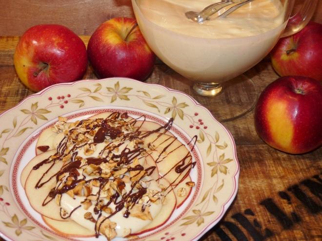 Teller und Schale mit Marzipan-Creme