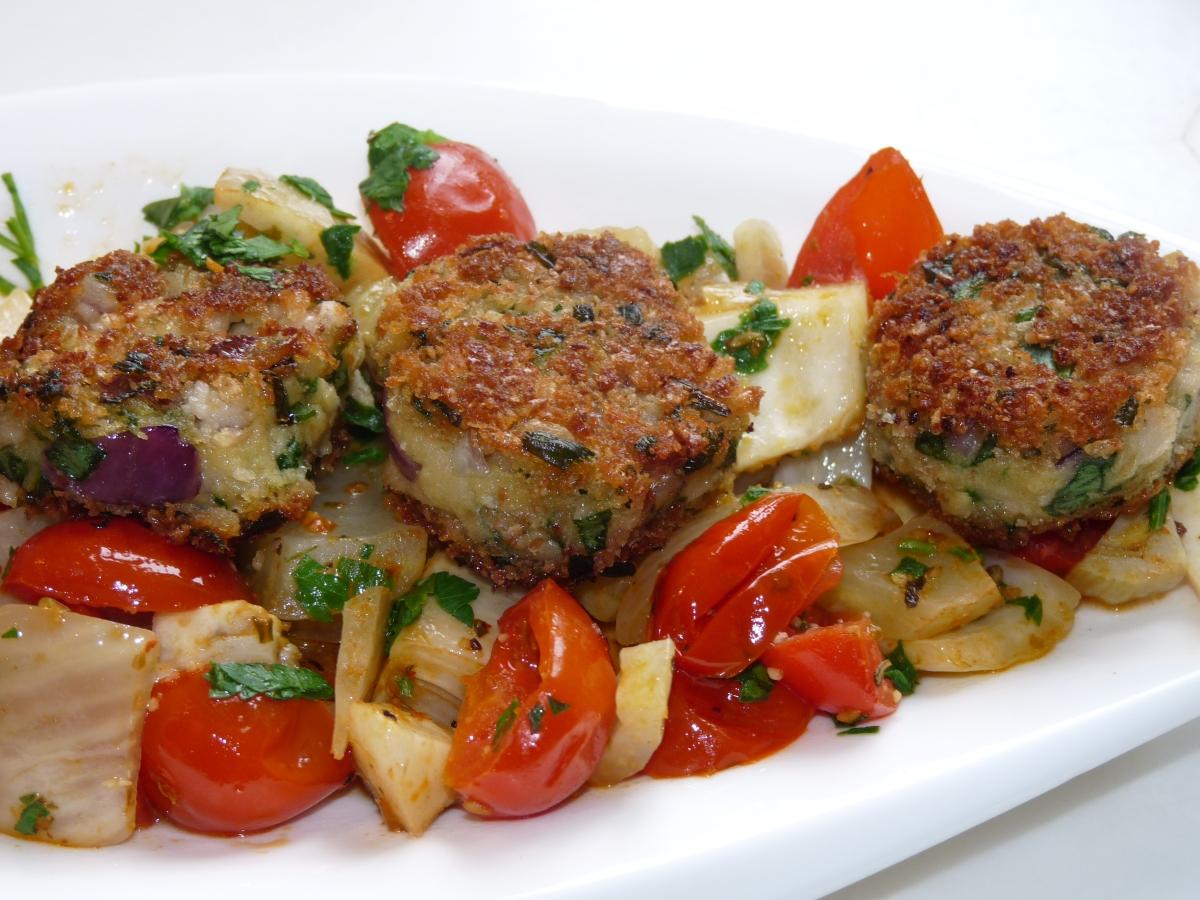 Bohnen-Taler auf Tomaten-Fenchel-Gemüse