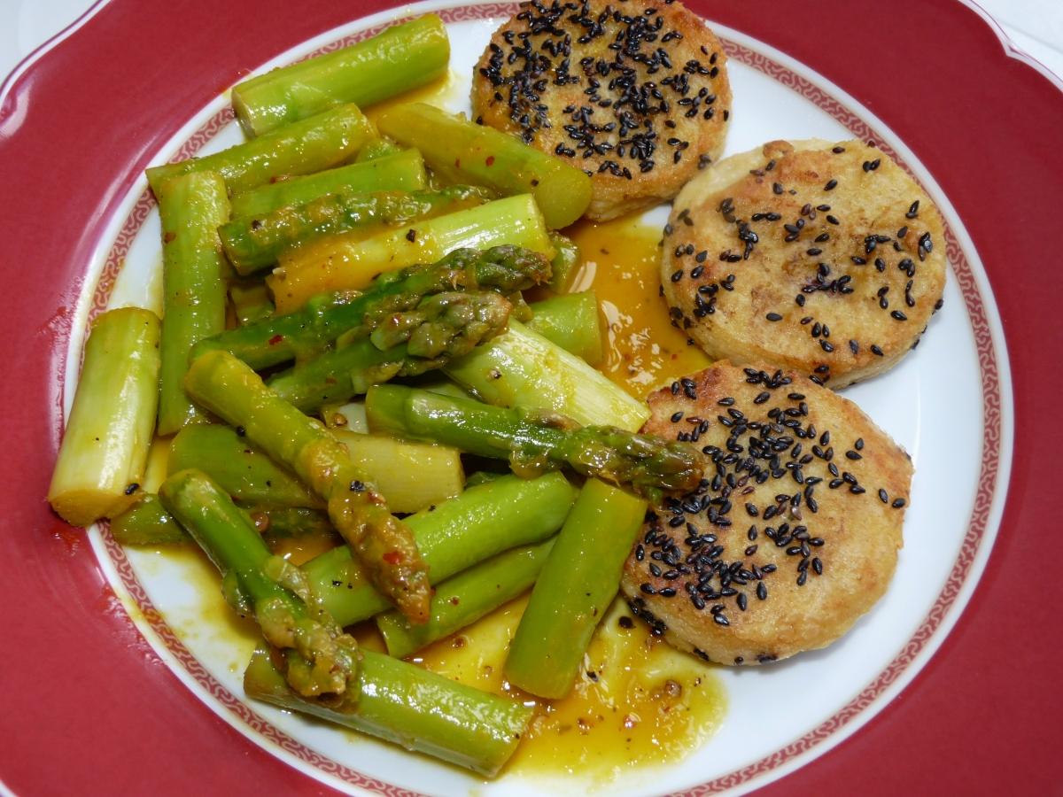 Unser Favorit: Gebratener Spargel in Orangen-Ingwer-Sauce mit Kichererbsen-Taler