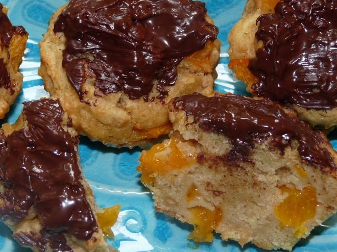 Muffins auf blauem teller