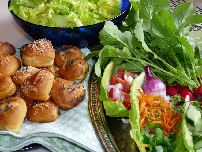 Laugenherzen und Salat