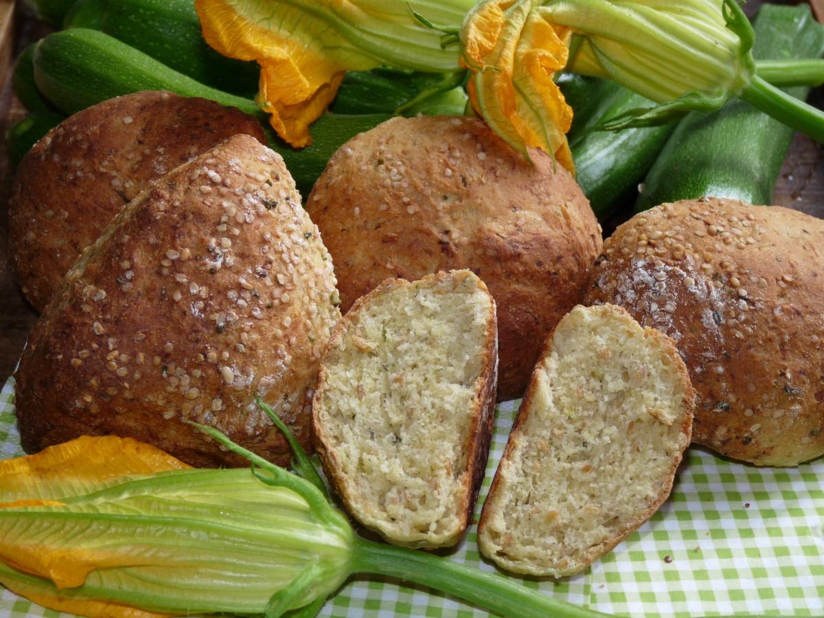 Fluffig-flotte Zucchini-Brötchen mit Maismehl und Hanfsamen
