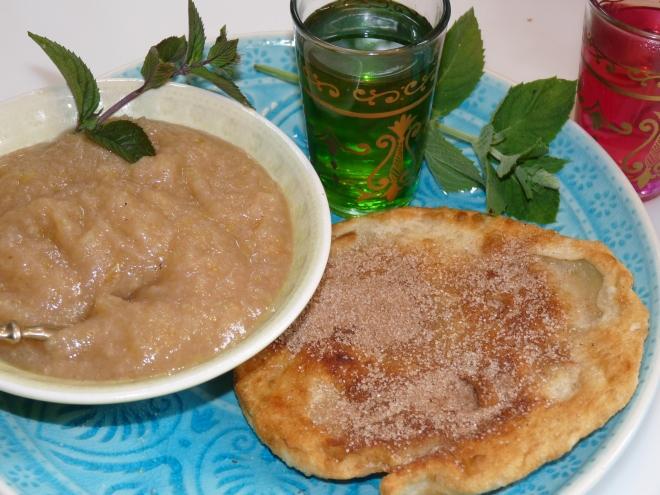 Paratha und 2 Teegläser