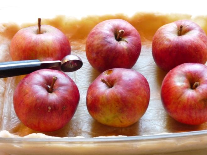 Auflaufform mit Teig und Äpfeln