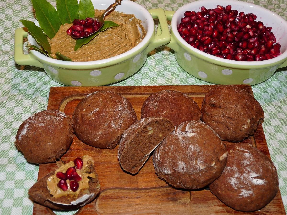 Ein Gruß aus meiner veganen Küche: Pilz-Walnuss-Terrine & dunkle Roggenbrötchen