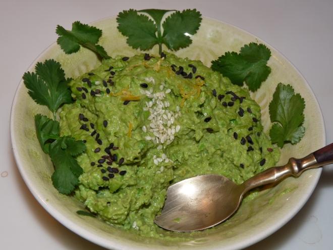 Hummus mit Löffel in Schale