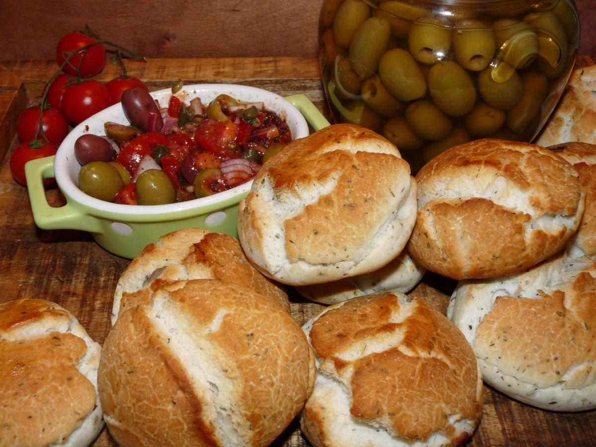 Glutenfreie Pizzabrötchen mit Tomaten-Oliven-Chutney