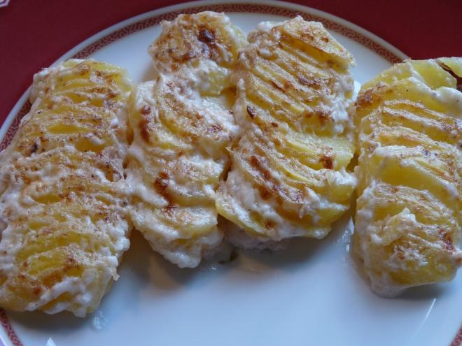 Kartoffelgratin auf dem Teller