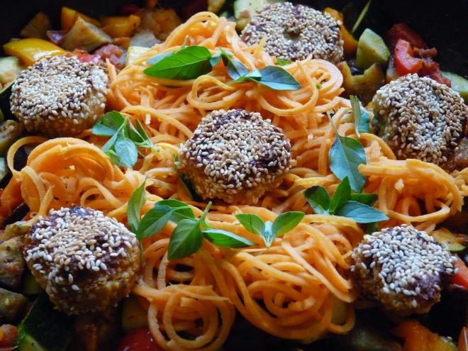 Spoodles mit Falafel und Gemüse