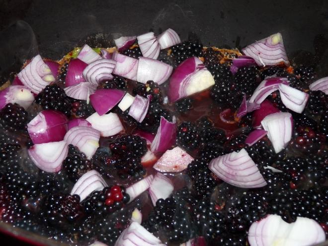 Brombeeren und Zwiebeln