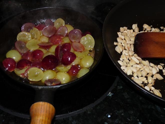 Trauben und Nüsse in der Pfanne