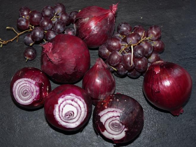 Blaue Zwiebeln und Trauben