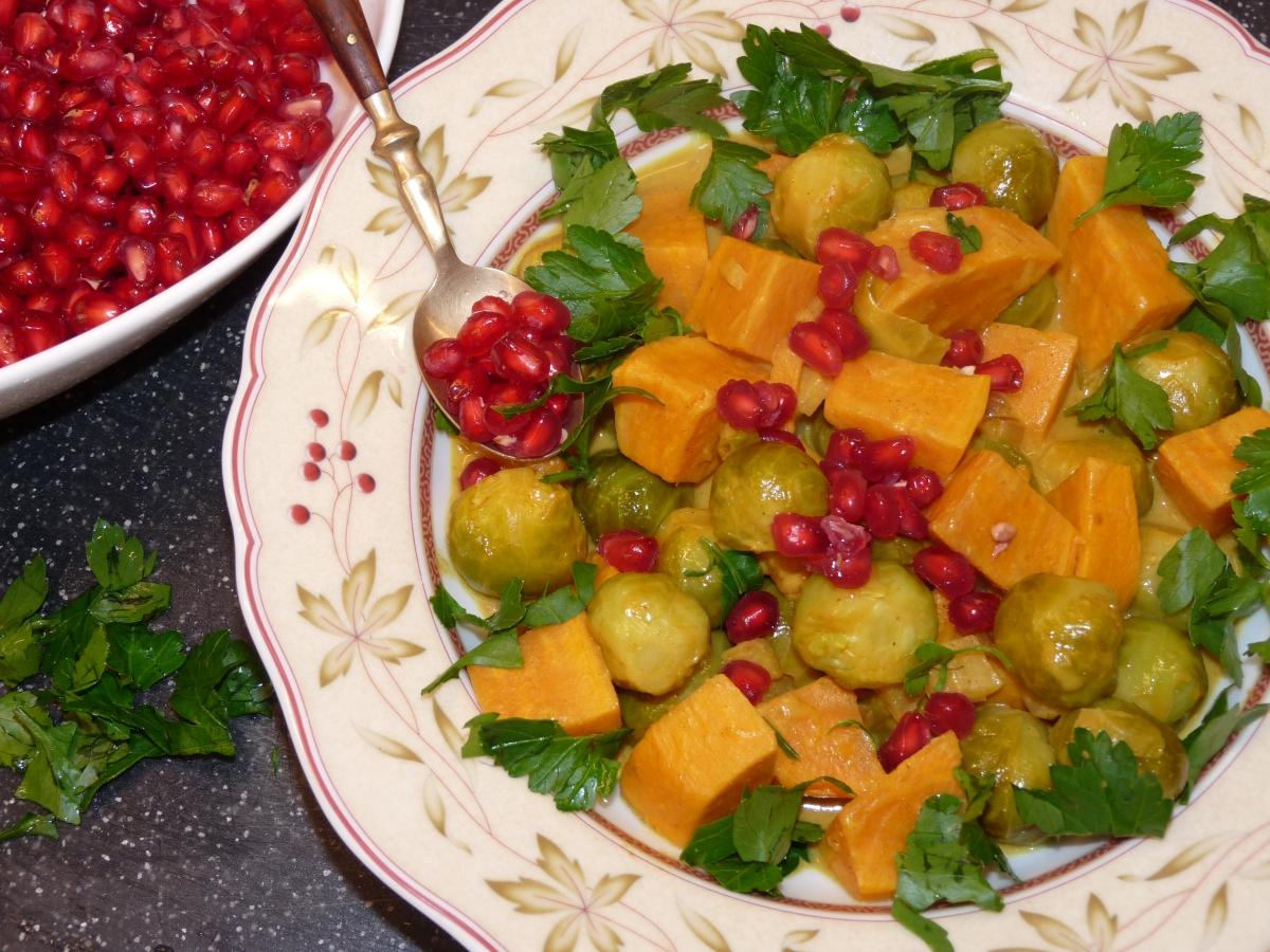 Rosenkohl-Curry mit Süßkartoffel und Granatapfel