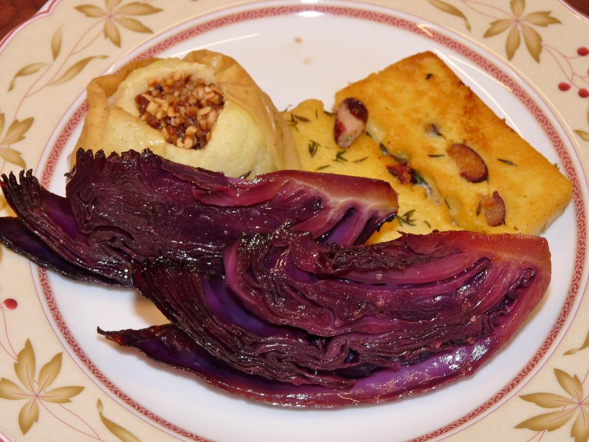 Rotkohl-Spalten aus dem Ofen mit Bratapfel und Kichererbsen-Polenta