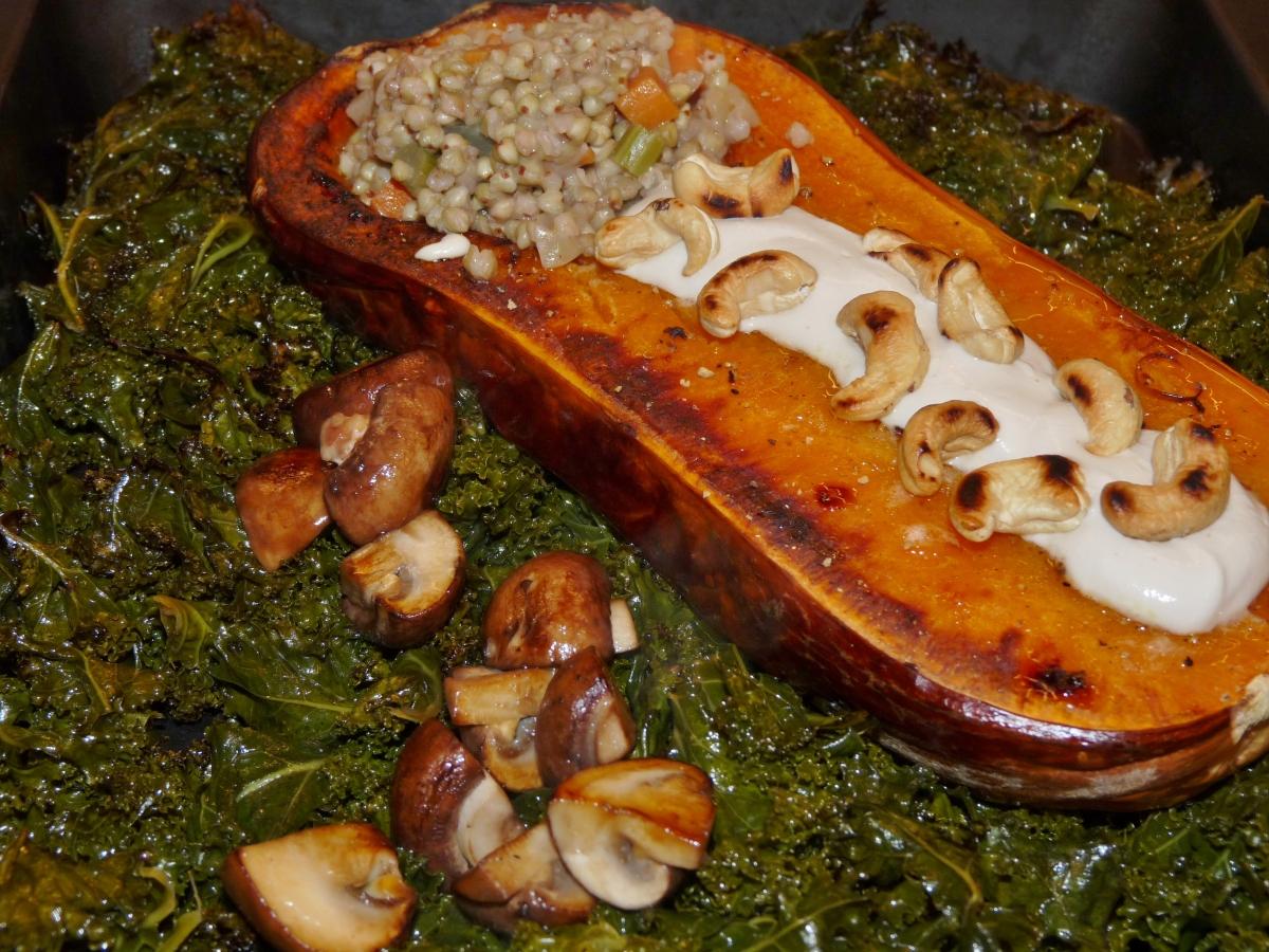 Frisch aus dem Ofen: Butternut-Kürbis auf Grünkohl mit Buchweizen-Risotto und fermentierter Chashew-Creme